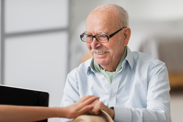 Smiley senior man conversant avec l'infirmière
