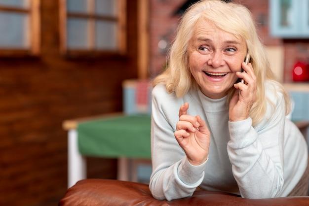 Smiley senior parle au téléphone