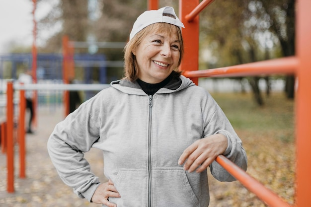 Smiley senior woman en plein air travaillant