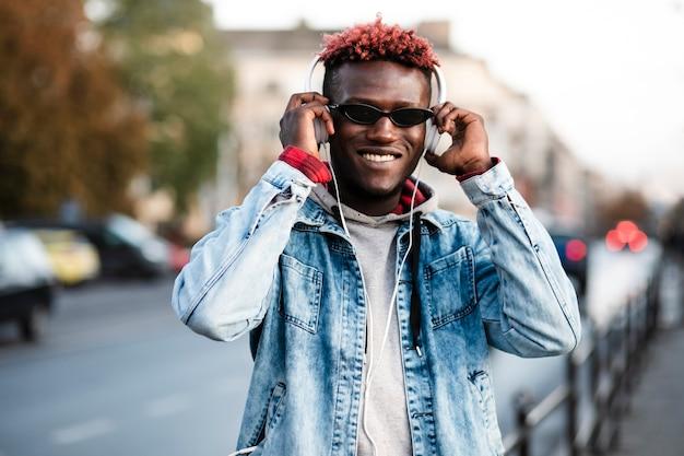 Smiley vue de face jeune homme dans la ville