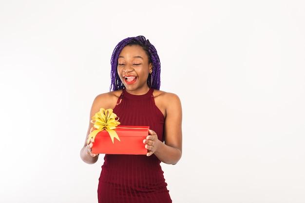 Smiley woman holding cadeau de noël