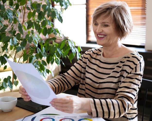 Smiley woman holding palette de couleurs