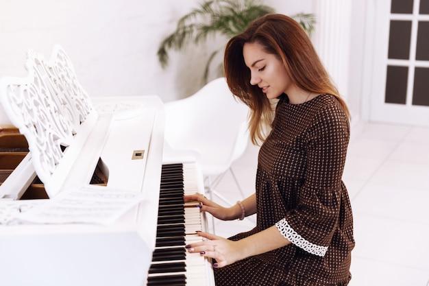 Smilling jeune femme jouant du piano