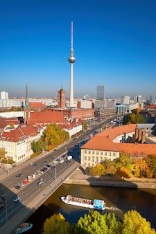 Smog au-dessus du centre-ville de berlin par une belle journée d'automne, vue aérienne