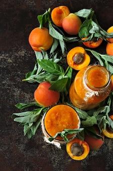 Smoothie abricot à la menthe. lay plat. smoothie de désintoxication en bonne santé. keto diet keto boissons.