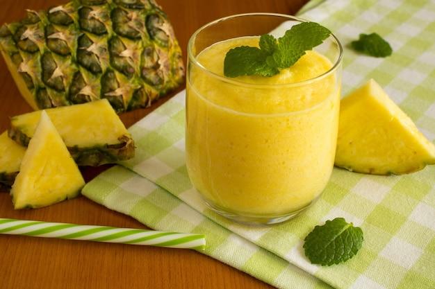 Smoothie à l'ananas sur la serviette verte