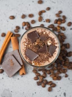 Smoothie au chocolat au lait avec noix de cacao cannelle