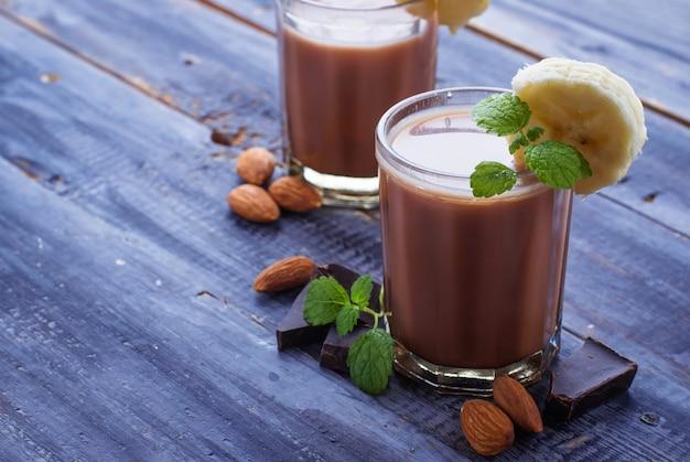 Smoothie au chocolat avec banane et menthe