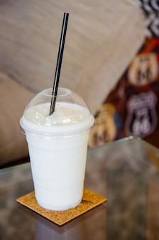 Smoothie au lait sur une table en verre