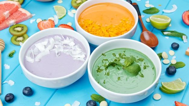 Smoothie aux algues spiruline avec baies de chia et fruits aliments sains à plat