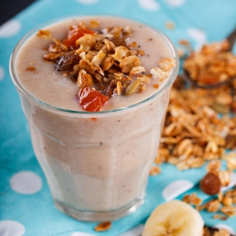 Smoothie aux bananes granola maison. cocktail de boissons estivales.