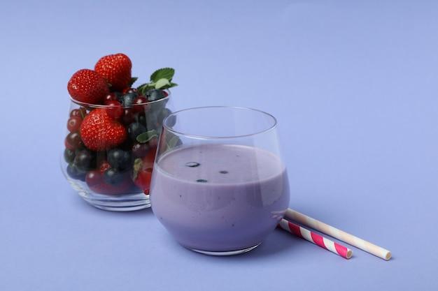 Smoothie aux bleuets, ingrédients et pailles sur fond violet