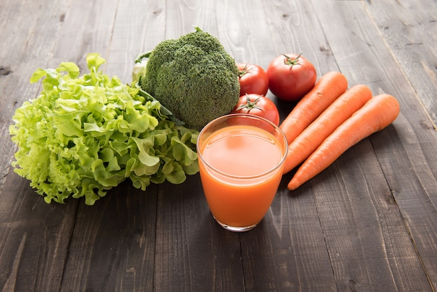 Smoothie aux carottes avec des ingrédients frais et des légumes.