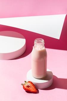 Smoothie aux fraises à angle élevé en bouteille