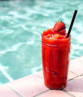 Smoothie aux fraises au bord de la piscine
