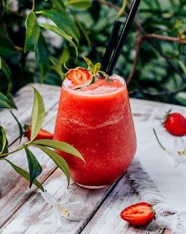 Smoothie aux fraises et basilic sur la table