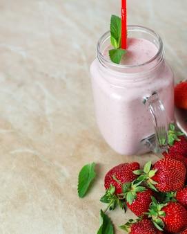 Smoothie aux fraises dans un verre