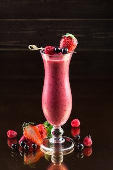 Smoothie aux fraises sur dark