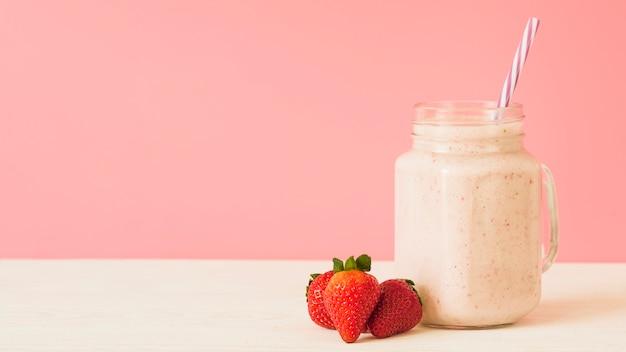 Smoothie aux fraises sur le dessus de table