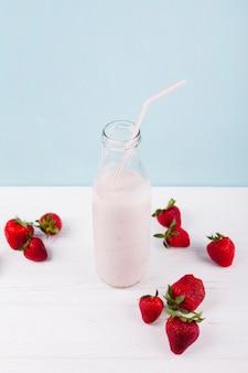 Smoothie aux fraises avec du yaourt en bouteille