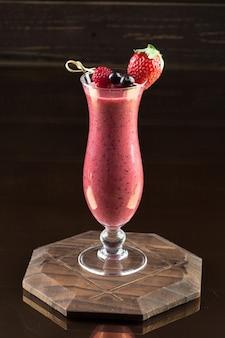 Smoothie aux fraises sur fond sombre