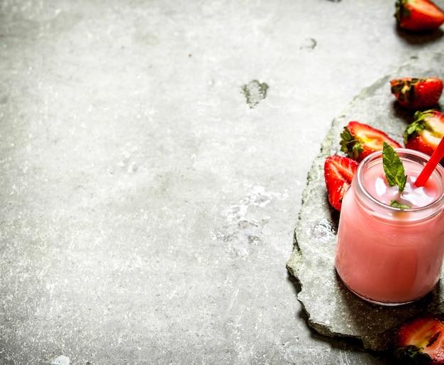 Smoothie aux fraises à la menthe. sur la table en pierre.