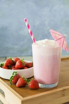 Smoothie aux fraises avec paille et parapluie