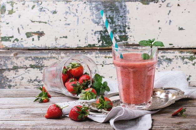 Smoothie aux fraises rouges