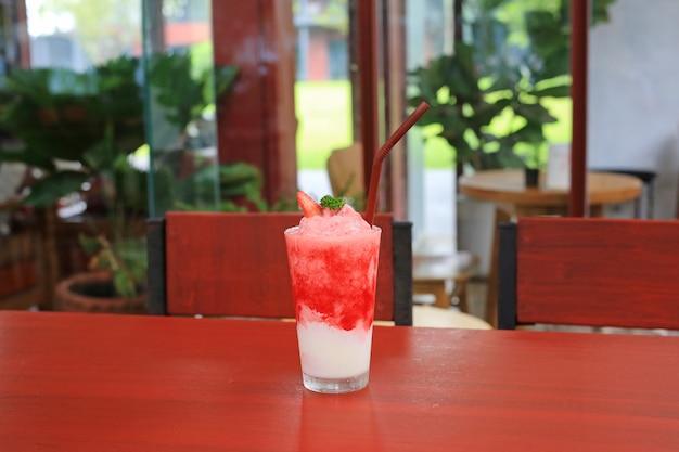 Smoothie aux fraises sur la table au café.