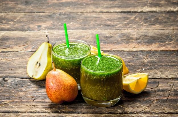 Smoothie aux fruits dans des verres sur table en bois.