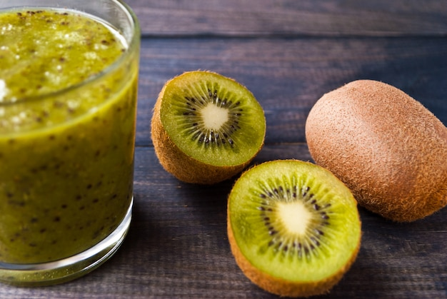 Smoothie aux fruits kiwi