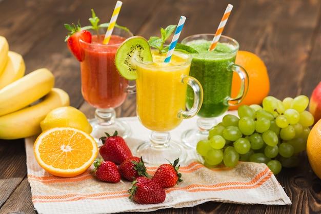 Smoothie aux fruits et légumes frais sur table de cuisine en verre