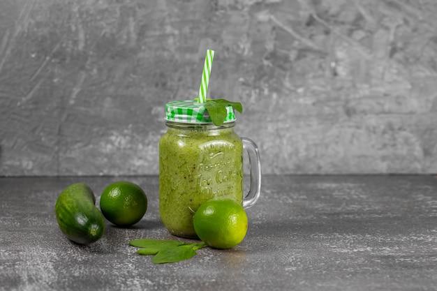 Smoothie aux fruits et légumes verts fraîchement préparés