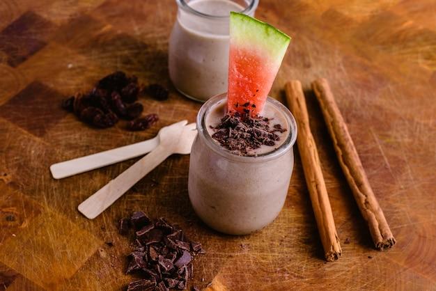 Smoothie aux fruits avec des pépites de chocolat, de la cannelle, de la pastèque et des fruits