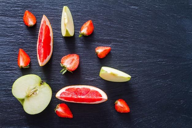 Smoothie aux pommes, au pamplemousse et aux fraises