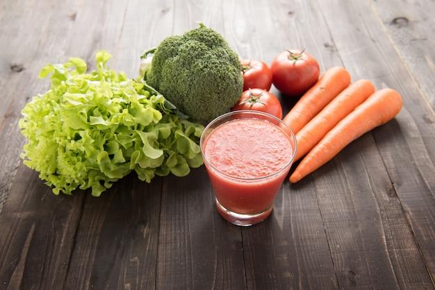 Smoothie aux tomates avec des ingrédients frais et des légumes.