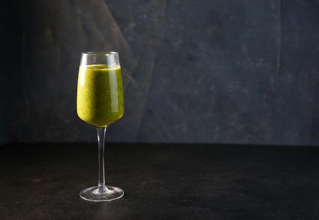 Smoothie aux vitamines green reach avec épinards, mangues, lait d'amande et fraises