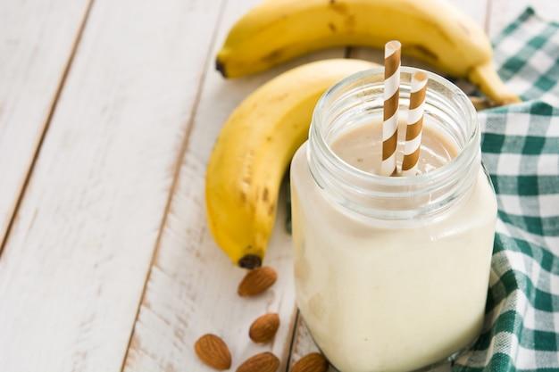 Smoothie à la banane aux amandes en pot