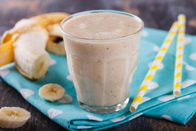 Smoothie à la banane. cocktail d'été.