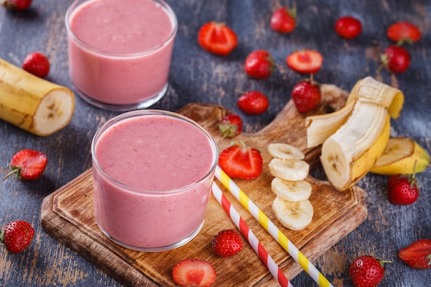 Smoothie banane-fraise. boisson rafraîchissante en été.