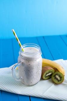 Smoothie avec banane, kiwi et lait, petit-déjeuner, collation.