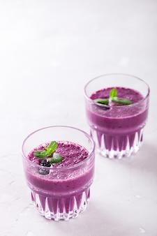Smoothie blackberry avec baies fraîches. boisson de fête d'été.