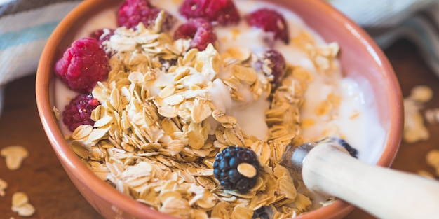 Smoothie, bol de yaourt à l'avoine, baies