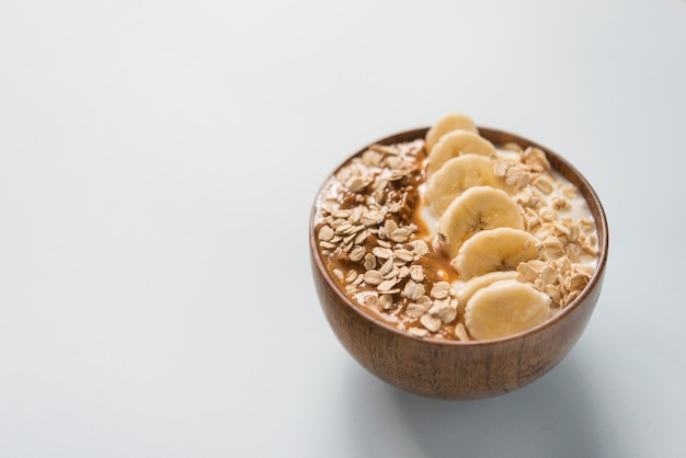 Smoothie bowl yogurt avec beurre d'arachide et banane et avoine