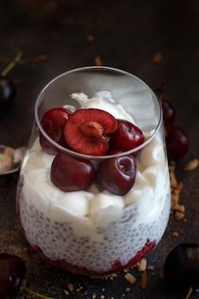 Smoothie cerise et yaourt dans un verre en gros plan