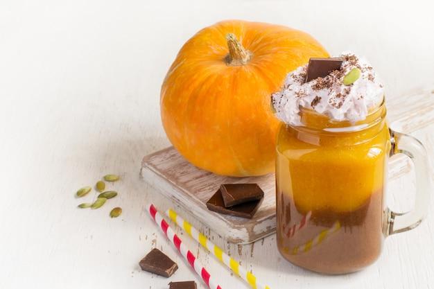 Smoothie citrouille et chocolat à la crème fouettée, espace copie