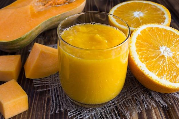 Smoothie à la citrouille et à l'orange sur fond rustique