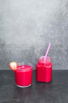 Smoothie frais aux fraises sur table