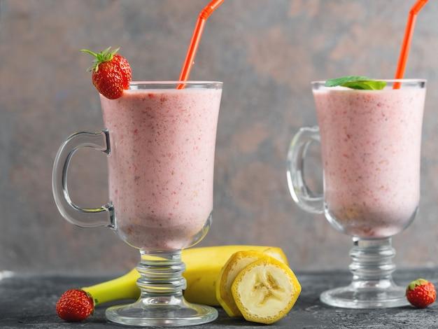 Smoothie fraise et banane dans un bocal en verre