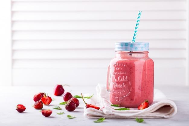 Smoothie à la fraise. boisson rafraîchissante en été.